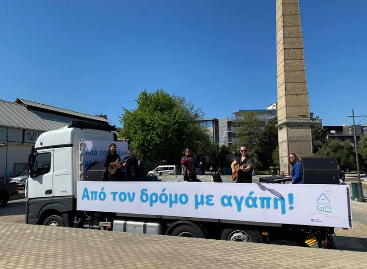 Η Άλκηστις Πρωτοψάλτη έδωσε συναυλία πάνω σε φορτηγό, διασχίζοντας το κέντρο της Αθήνας