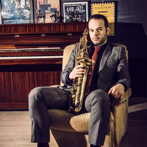 Βασίλης Ξενόπουλος: «Δεν μου αρέσει να βάζω ταμπέλες. Nιώθω το ίδιο οικεία, όταν παίζω ethnic, latin, soul και funk μουσική»