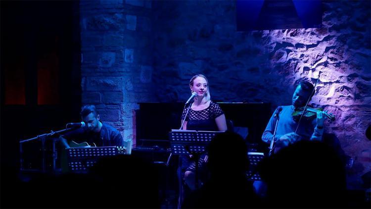Ρούλα Τσέρνου: «Για να αγγίξεις την παραδοσιακή μουσική, χρειάζεται βίωμα, σκληρή δουλειά και ανοιγμένα αυτιά»
