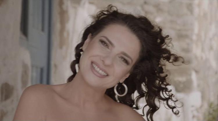 Oι καλοκαιρινές παραστάσεις και το νέο τραγούδι της Κλεονίκης Δεμίρη